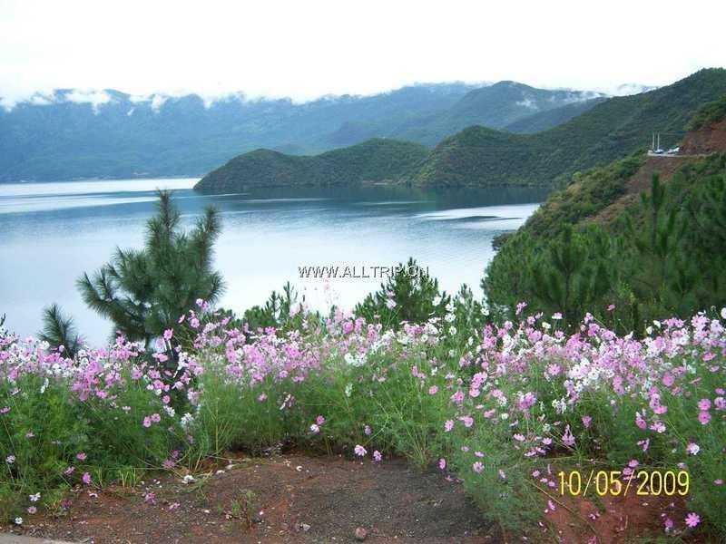 最后的香格里拉、东方神秘女儿国—泸沽湖、月亮城—西昌双飞六日游