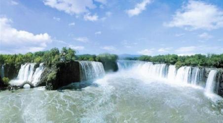 牡丹江镜泊湖风景区是著名旅游,避暑和疗养胜地,国家级重点风景名胜