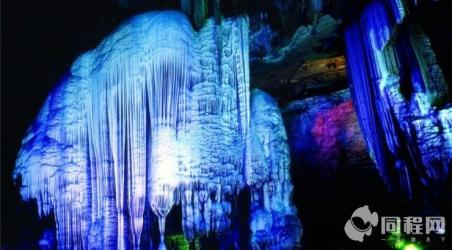 理由2  楼房洞罕见的乳石瀑布乳石洁白如雪,酷似冰川,上面水流如