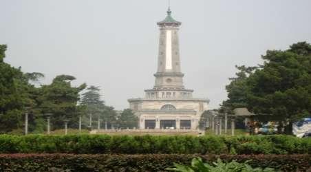 公园西南的小山丘建有烈士纪念塔