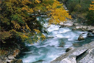 他们的共同特点是:水色清澈透明,幽静深邃,彼此以台瀑相连,逶迤不绝